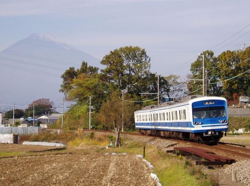 三島二日町 - 大場間のカーブを走行する駿豆線の列車